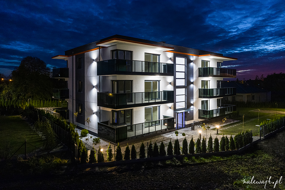 Zdjęcia bloku mieszkalnego | Fotografie z poziomu terenu i z wysokości | Zdjęcia podczas dnia i nocą
